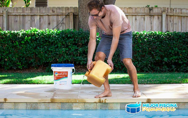como verter el cloro en la piscina